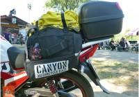 canyon-bag-torba-na-motocykl-banan-rogal-podroze-pakowanie-szosami-04
